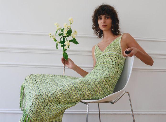 Model Mica Arganaraz doet geen moeite om het knopje te verbergen en gebruikt het om stijlvolle foto's te maken.