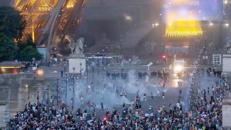 De politie zet traangas in om voetbalfans te verdrijven. Beeld ap