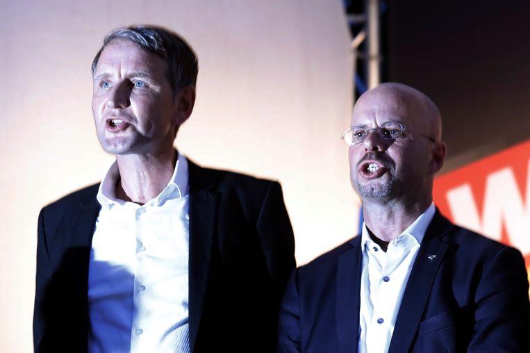 Andreas Kalbitz (rechts) en Björn Höcke (links) zingen het volkslied tijdens een verkiezingscampagne in Königs Wusterhausen. Beeld EPA
