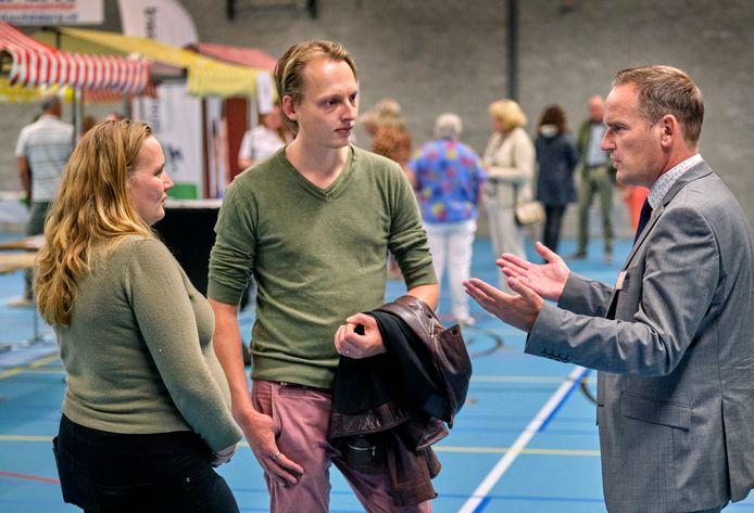 Burgemeester Bram van Hemmen neemt de tijd om vragen te beantwoorden tijdens de informatiemarkt.