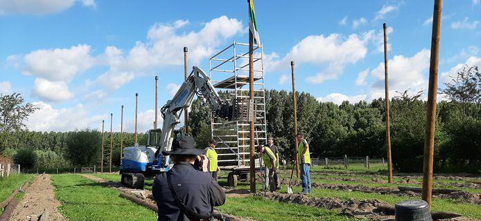 De Schijndelse vlag ging woensdagochtend in top bij de officiële start van de aanleg van het nieuwe hopveld bij de Schaapskooi.