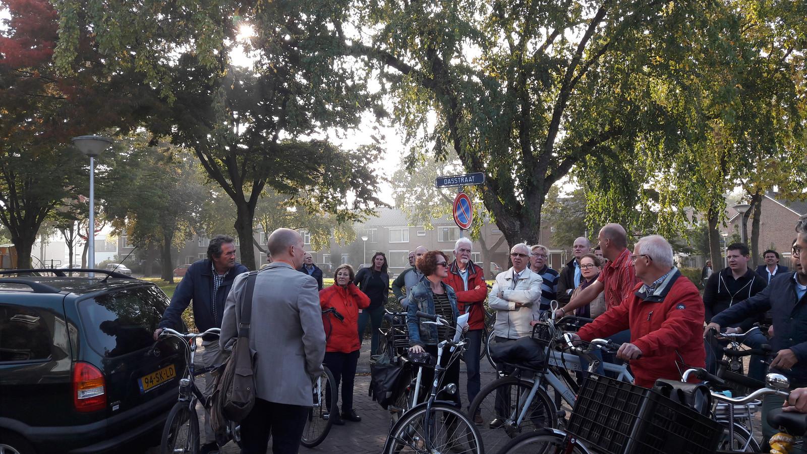 Bewoners, raadsleden en ambtenaren op een eerdere fietstocht in de stad.