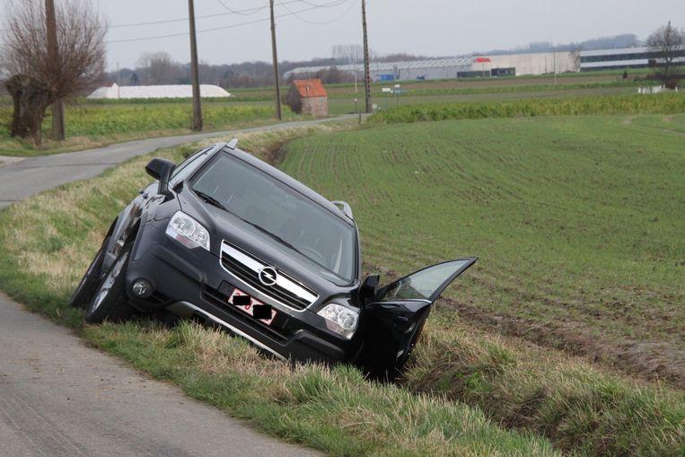 De Opel belandde in de gracht.