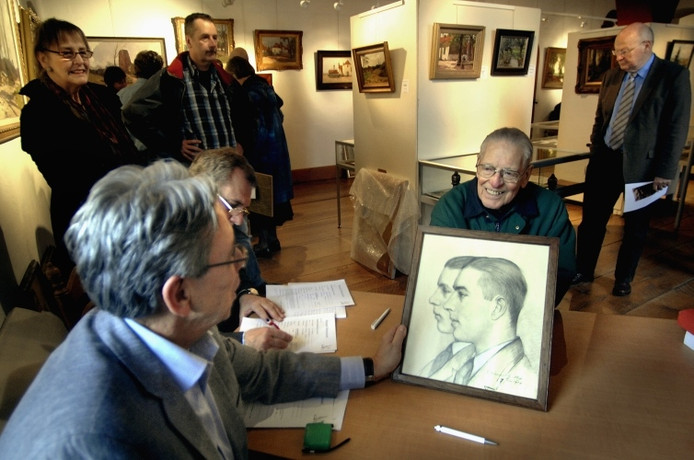 Piet Broeksma (rechts) toont een taxateur de tekening van Xeno en zijn broer Henk die Tilly Münninghoff-van Vliet in 1934 maakte. Foto: Hans Broekhuizen/De Gelderlander