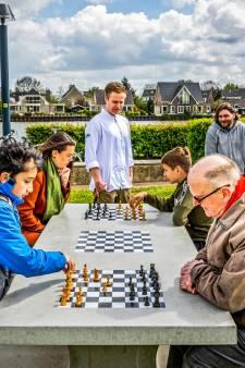 De Schiedamse wijk Nieuwland krijgt deze zomer eerste vier schaak- en damtafels, maar het moeten er veel meer worden