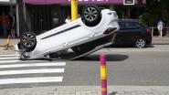 Bestuurster botst tegen geparkeerde wagen en gaat over de kop