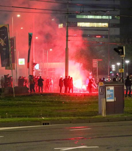 Voetbalsupporters vieren overwinning Besiktas bij Hofplein