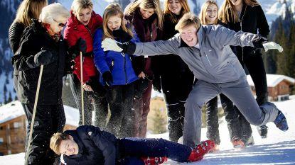 Koning Willem-Alexander 'photobombt' traditioneel familieportret op skivakantie
