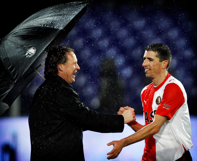Mario Been feliciteert Roy Makaay na zijn winnende goal in het restant van het duel met Vitesse.