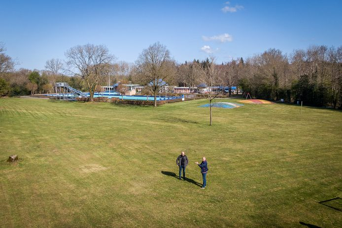 Theaterdirecteur Han Evers laat zien waar het openluchttheater moet komen op het zwembadterrein in buurtschap Basse.
