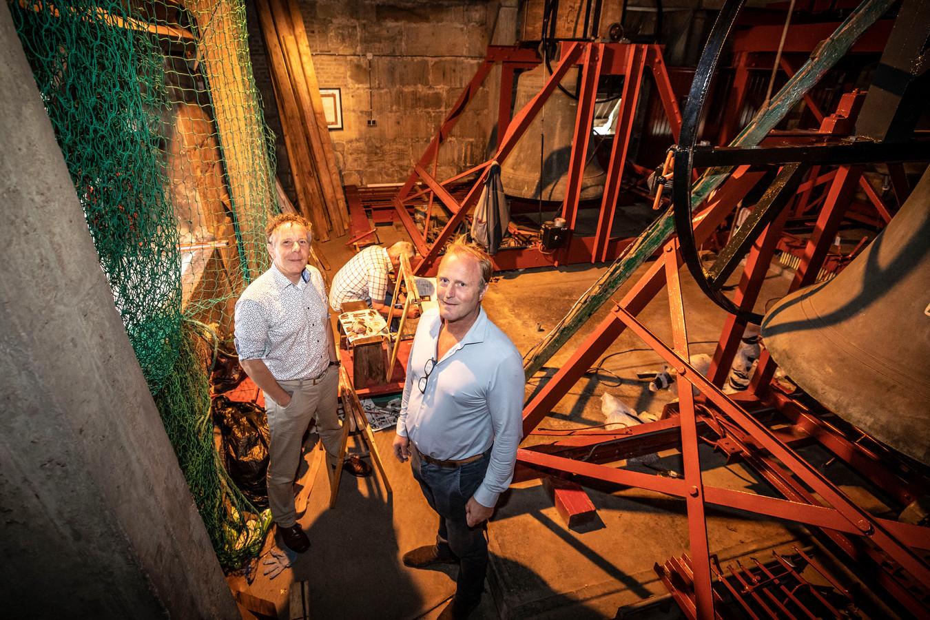 Hylke Banning (links) en Anton Reef in de klokkentoren bij de voorbereidende werkzaamheden voor de plaatsing van de nieuwe Mariaklok (Bes-klok) in september.