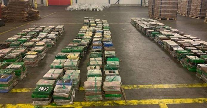 De honderden pakketten cocaïne zaten verborgen tussen een lading bananen.