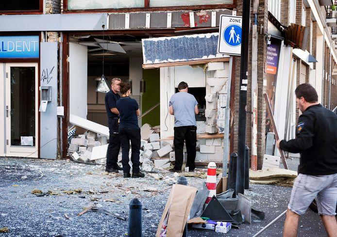 Politie doet onderzoek bij de opgeblazen pinautomaat op het Smaragdplein. De gevel ligt eruit en de omgeving is bezaaid met glas .