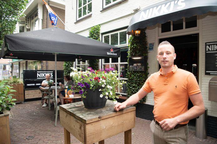 Robert Lans laat bij Café Nikki's aan het Kerkplein in Dalfsen oude tijden herleven.