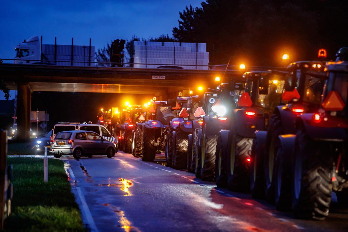 Boeren protesteren vandaag massaal in het hele land, dus ook in West-Brabant. Ze trekken massaal per trekker naar Den Haag, en leggen de hele ochtendspits lam en veroorzaken de drukste ochtendspits ooit.