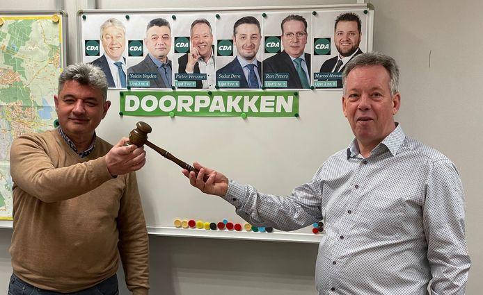 Yalcin Yeyden (l) draagt de voorzittershamer van het CDA Helmond over aan Pieter Vervoort.