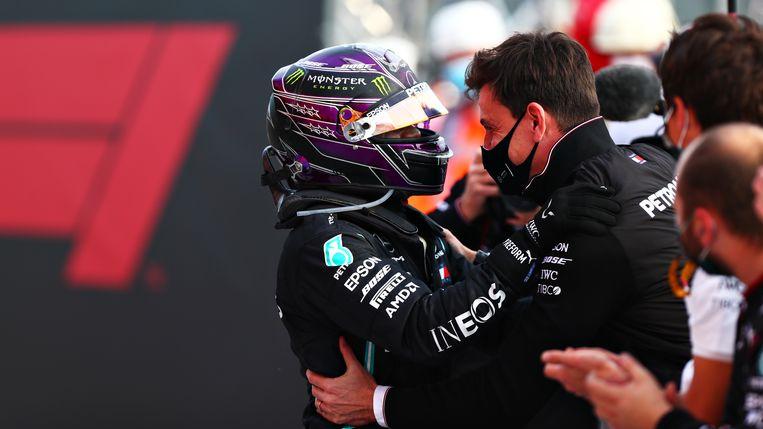 De Brit Lewis Hamilton en Toto Wolff, de teamchef van Mercedes, vieren in november op het circuit van Imola de constructeurstitel voor het Formule 1-team. Beeld Formula 1 via Getty Images