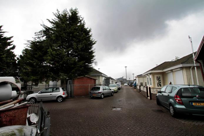 Doorkijkje  woonwagenkamp Helakkerstraat Rucphen, enkele jaren gelden. Vele jaren werd gesproken over ontmanteling omdat het vervuild zou zijn en niet meer van deze tijd.