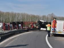 Gekantelde vrachtwagen op A59, reparatie gaat nog hele nacht duren