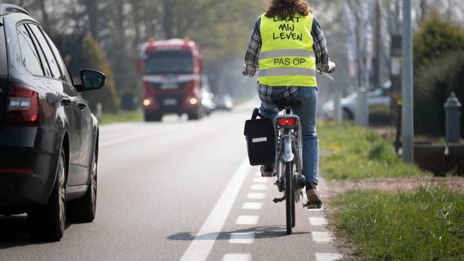 """""""Stuur is op sommige plaatsen breder dan fietspad."""" Laura rijdt elke dag met fluovestje 'Laat mij leven' op moordstrookje van N10"""