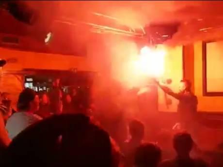 Feyenoorders steken vuurwerk af in Nijmeegs café
