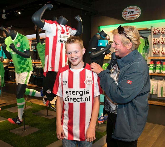 Dennis Rikmanspoel uit Albergen met het nieuwe PSV-thuisshirt.