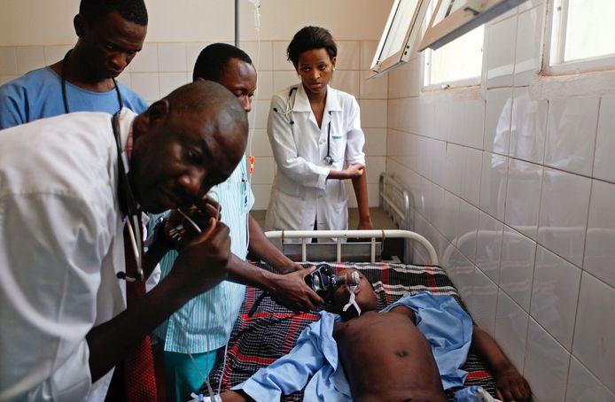 Een jongetje dat aan malaria lijdt, wordt in een ziekenhuis geholpen.