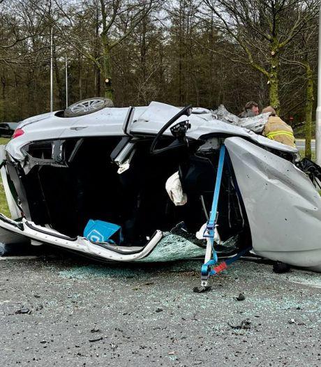 Ravage nadat auto wordt gelanceerd over rotonde, gewonde naar ziekenhuis