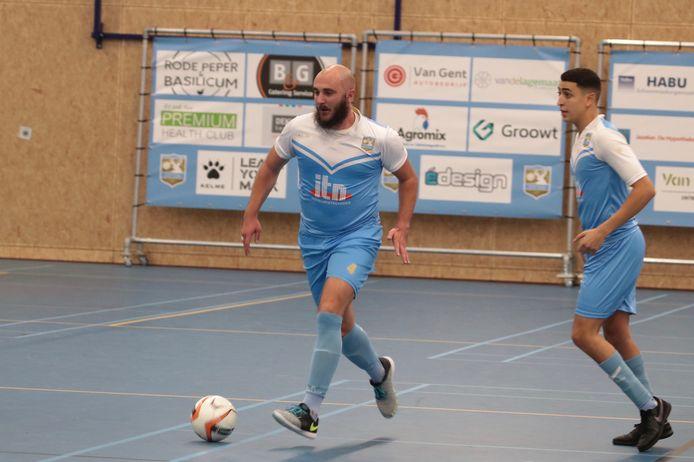 Sjaak Termaaten aan de bal namens ZVV Ede, Ilias Joubid kijkt toe.