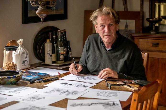 Roeland van der Kley is bezig aan de tekeningen van zijn boek.