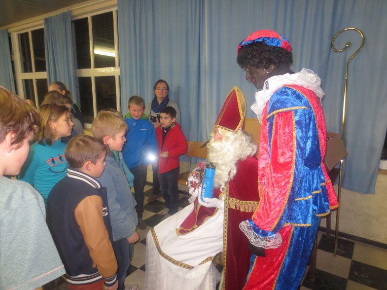 Sinterklaas bezocht de voetballertjes van Heide Linter na hun training.