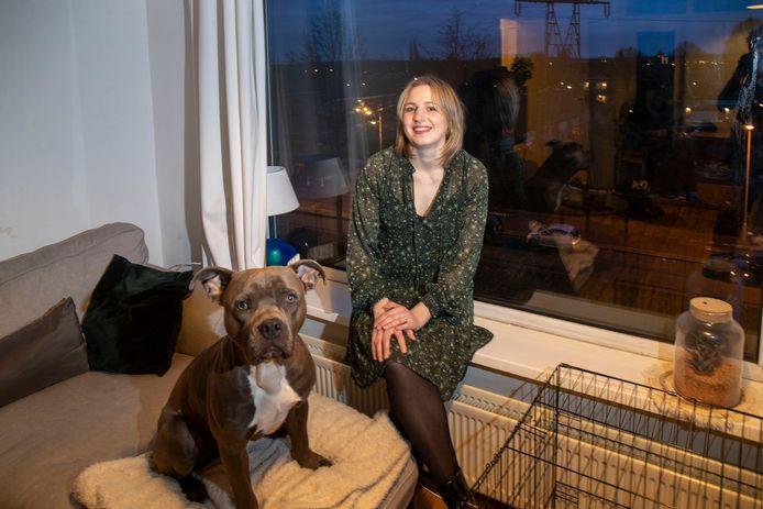 Emilie Jansen met haar hond Archie in haar flat aan de Proosdijerveldweg.