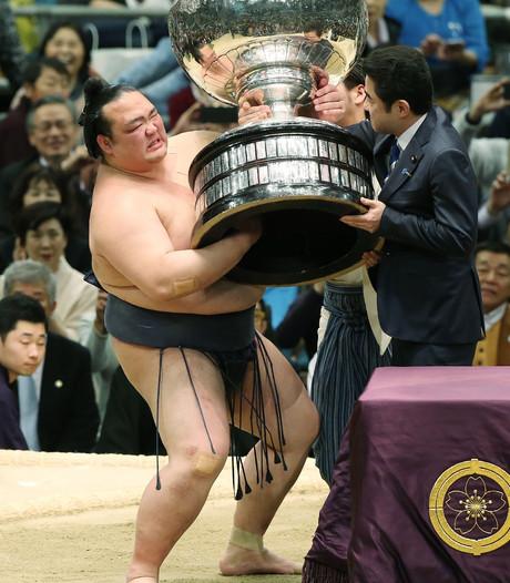 Sumoworstelaar wint ondanks schouderblessure