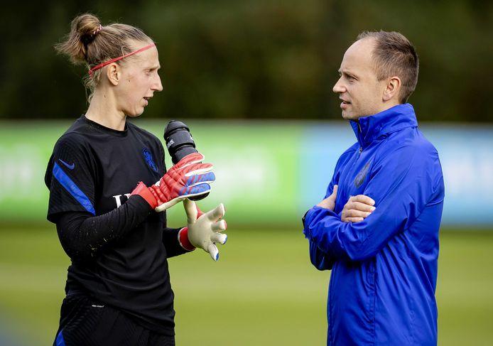 De nieuwe bondscoach Mark Parsons (r) in gesprek met keeper Sari van Veenendaal.
