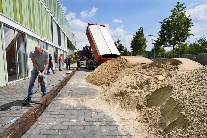 80 kuub zand werd er zaterdag gestort op het plein voor Arcus.