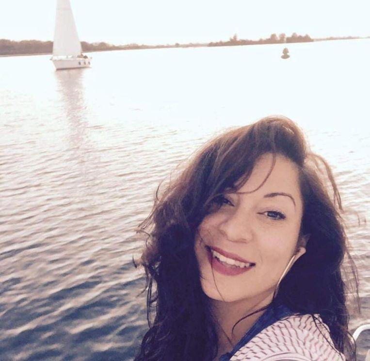 Rania, volop aan het genieten van een zeiltocht, met vrienden.