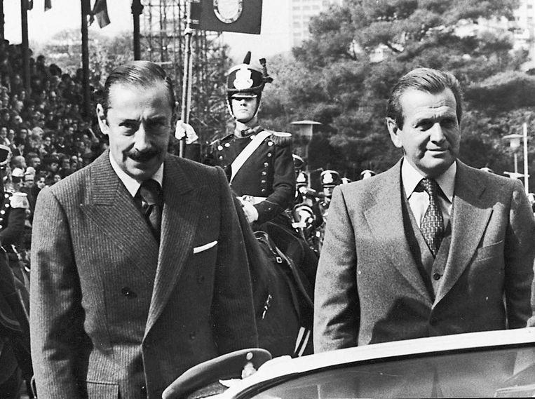 Jorge Zorreguieta (rechts) naast Jorge Videla in zijn tijd als minister van Landbouw. Beeld reuters