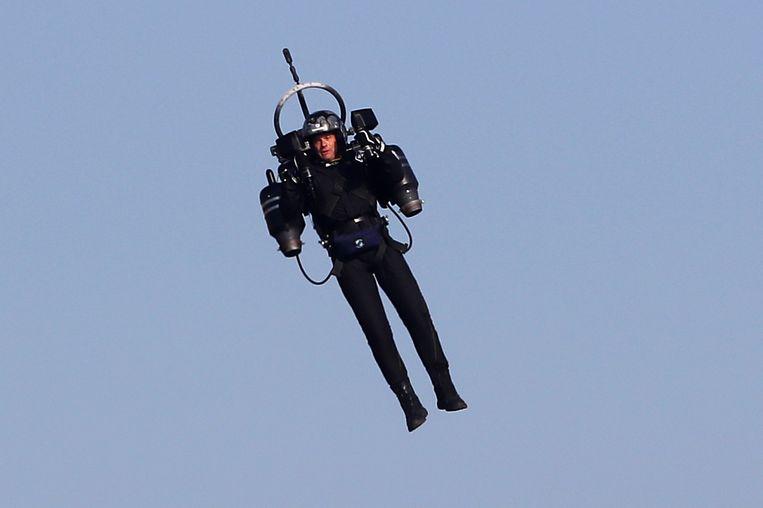 'Jetpack Man' tijdens de wereldkampioenschappen luchtracen in Cannes van 2018. Met een vergelijkbaar apparaat vloog een onbekende man in de buurt van een luchthaven. Beeld AFP