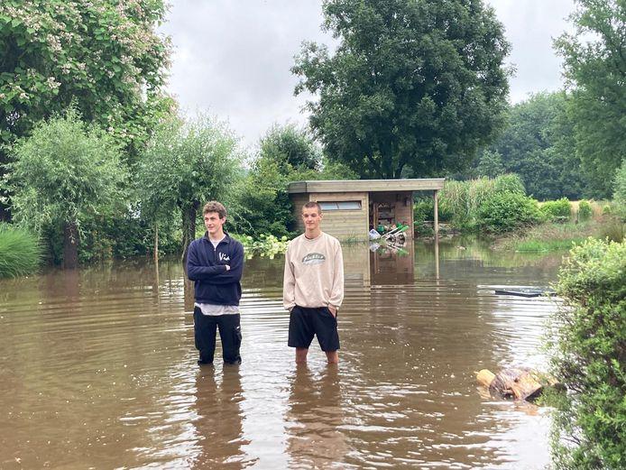 De tuin van Roel en Dries stond volledig onder. Intussen is het water gezakt tot 'slechts' aan hun knieën.