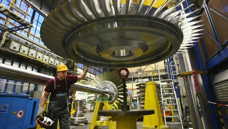 Een arbeider in een fabriek van Siemens in Berlijn. Beeld GETTY