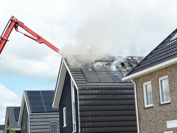 De oorzaak van de brand zijn vermoedelijk de zonnepanelen.