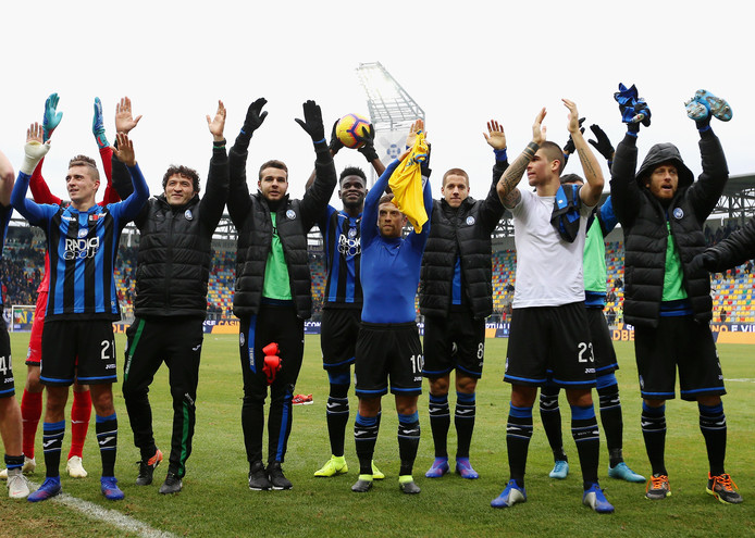 De spelers van Atalanta Bergamo bedanken hun meegereisde supporters.
