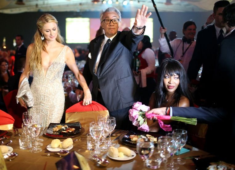 Sterren als Paris Hilton en Naomi Campbell zijn graag geziene gasten in Cuba. Hier tekenen ze present voor de gala-avond van het International Habana Cigar Festival, februari 2015. Beeld © getty