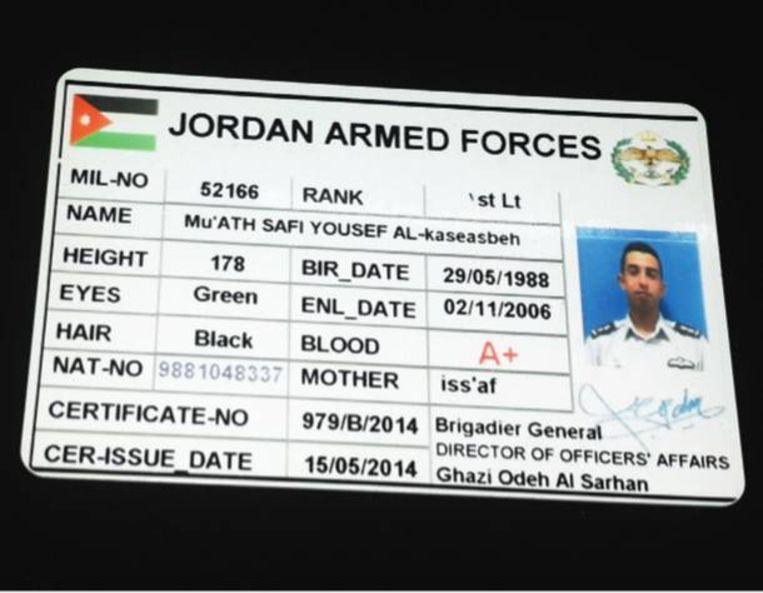 Een pasje, gepubliceerd in Dabiq, waarop te zien is dat al-Kasaesbeh voor de Jordaanse luchtmacht werkt. Beeld Dabiq
