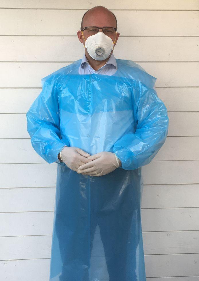 Verpakkingsproducent Oerlemans Plastics gooide het productieproces om, zodat nu beschermende schorten voor het zorgpersoneel gemaakt kunnen worden.