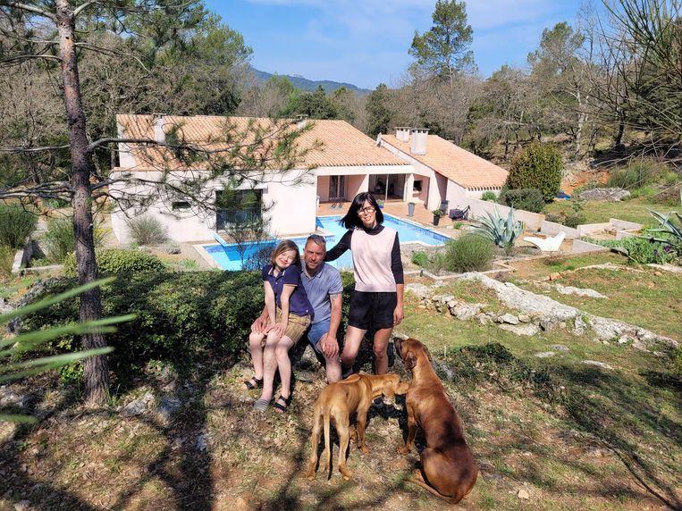 Karolien met haar man Anthony en zoon Beau bij hun nieuwe woonst in Frankrijk: 'We hunkerden naar een dorp waar de beenhouwer en de bakker je naam kennen.' Beeld rv