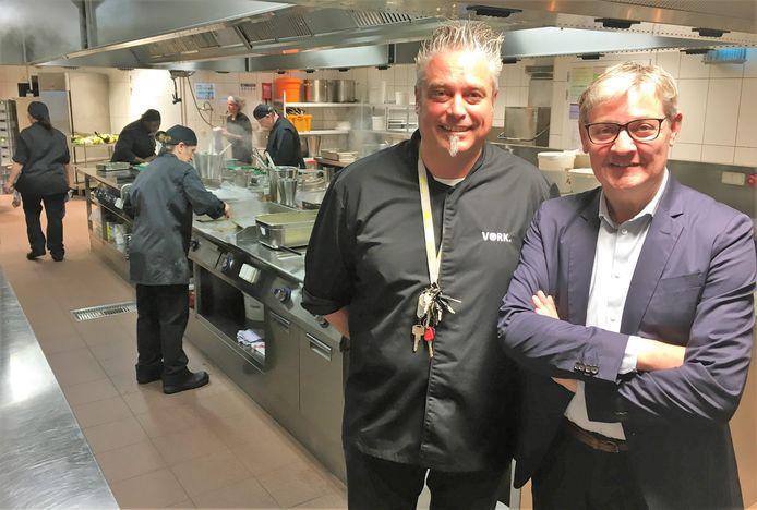 VORK-restaurantverantwoordelijke Joost Vandenhove en schepen Philippe De Coene in de keuken van VORK.