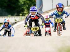 NK fietscross in Haaksbergen volg je langs de baan, op wit gekalkte vakken: 'Iedereen moet zich aan de regels houden'