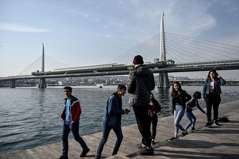 Turkse jongeren vermaken zich langs de Bosporus. 'De AKP is er in achttien jaar niet in geslaagd Turkije te islamiseren, ondanks alle middelen die de regering ter beschikking staan.' Beeld AFP