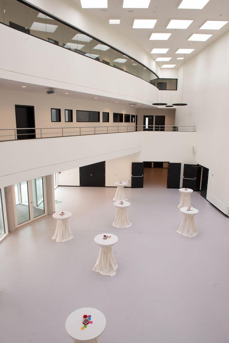 Bij slecht weer kunnen de leerlingen voortaan in deze overdekte ruimte de pauzes doorbrengen.